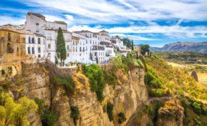 崖の上に建つ建物の写真.Ronda